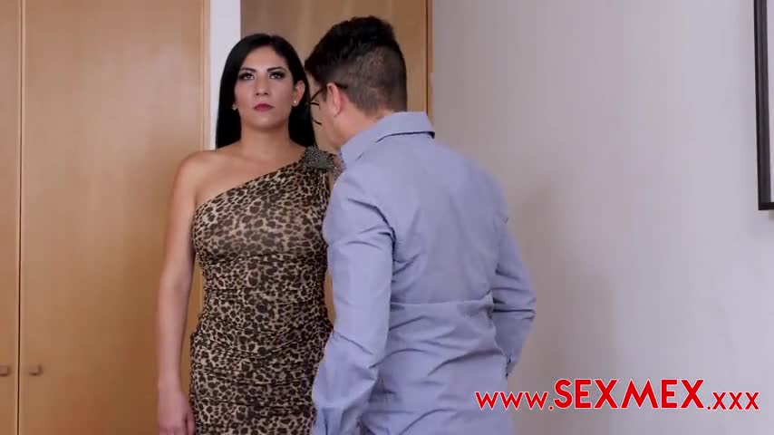 Shemale looking sexy woman gets fucked by a short guy