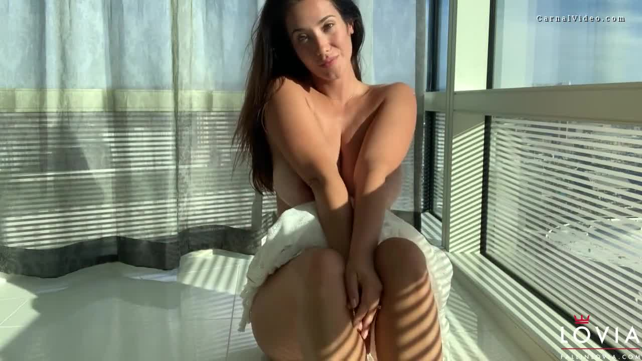 How Eva Lovia showing off her sexy body and masturbating
